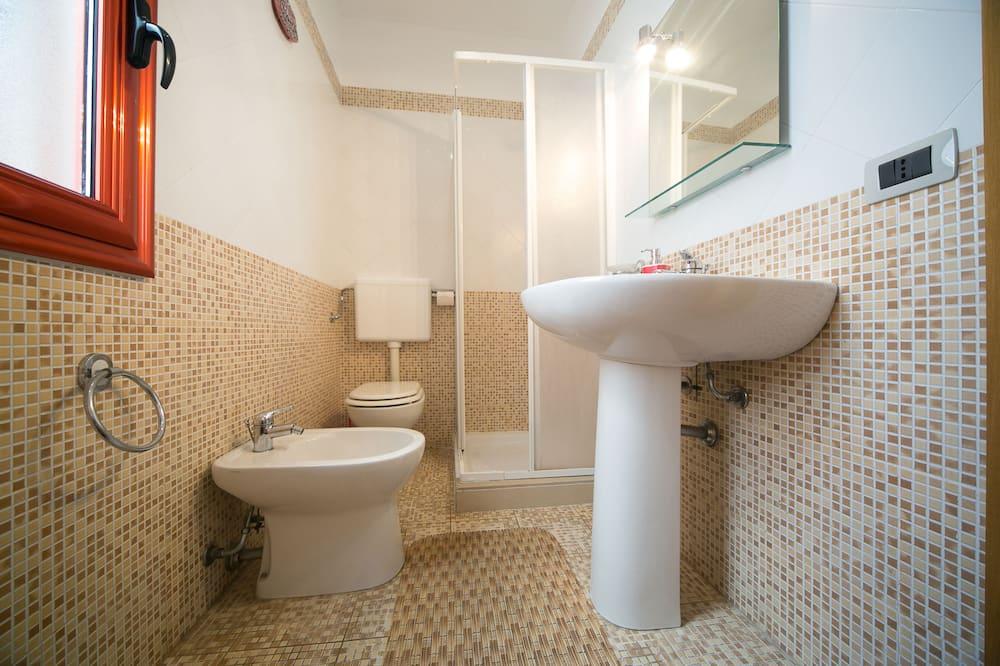 Standaard driepersoonskamer, Uitzicht op zee - Badkamer