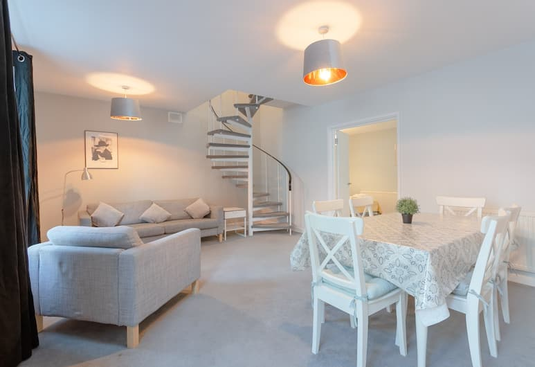 Gorgeous 3 Bedroom Apartment in Paddington, London, Living Room