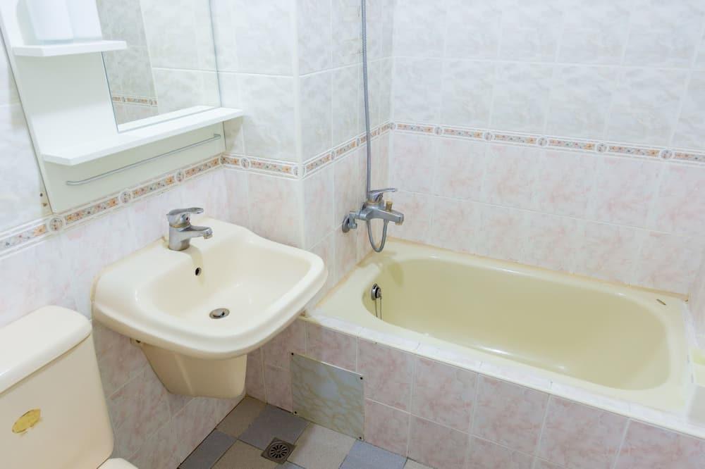 Comfort četverokrevetna soba, 2 bračna kreveta, za nepušače, pogled na dvorište - Pogodnosti u kupaonici