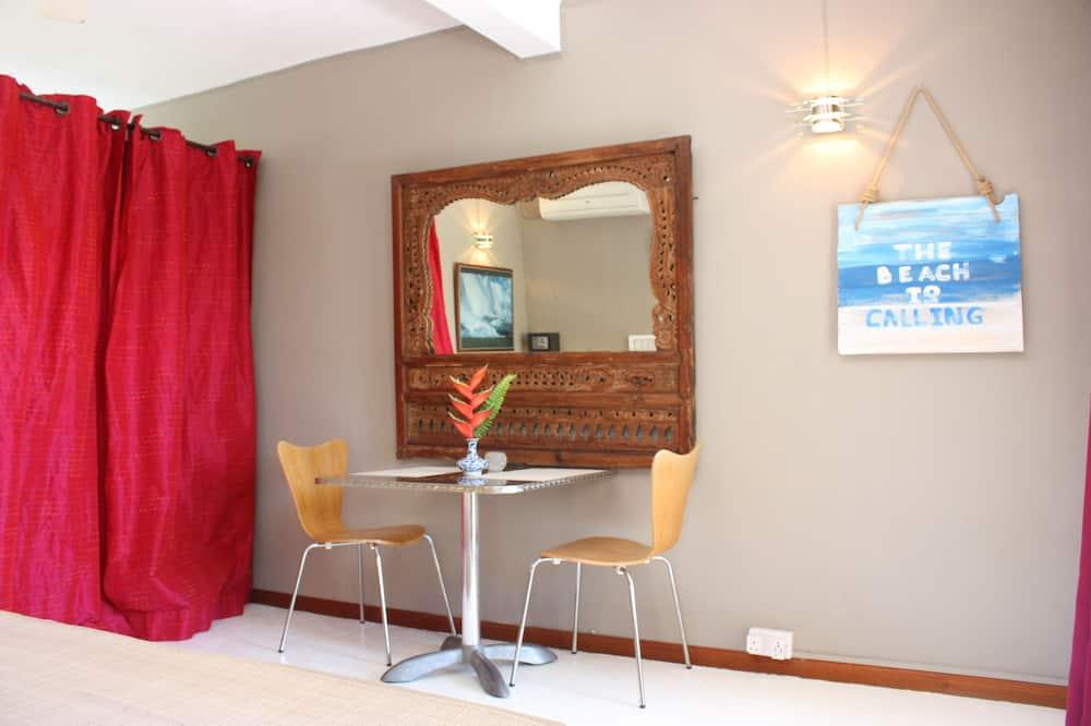 Studio Suite, 1 Double Bed, Smoking, Garden View - In-Room Dining