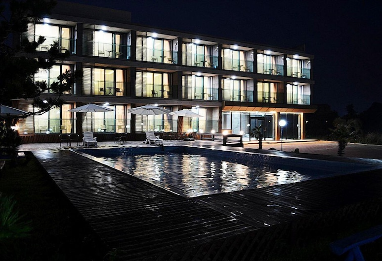 紀念渡假村, 西歸浦, 飯店入口 - 夜景