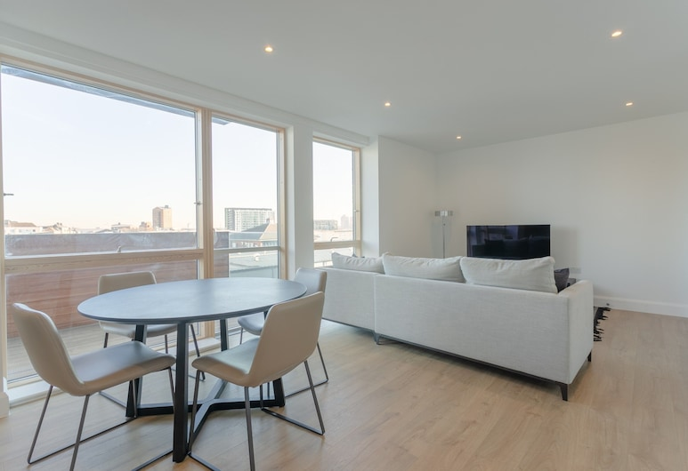 Stylish 2 Bedrooms Apartment Close to DLR, London, Living Area