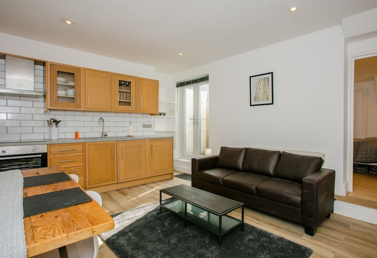 Modern 1 Bedroom Apartment in Wandsworth Road, London, Wohnzimmer