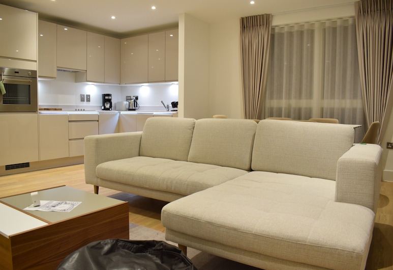 2 Bedroom Flat in Park Royal, London, Wohnzimmer