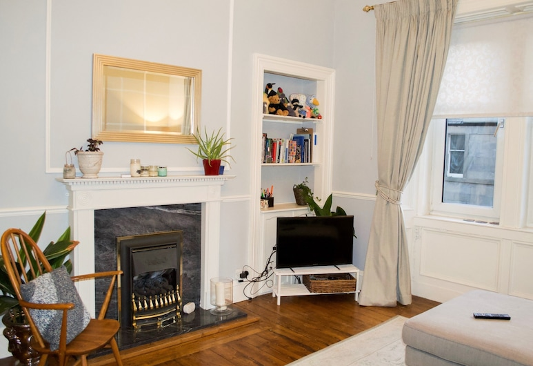 Spacious 1 Bedroom Flat Near Haymarket, Edinburgh, Woonkamer