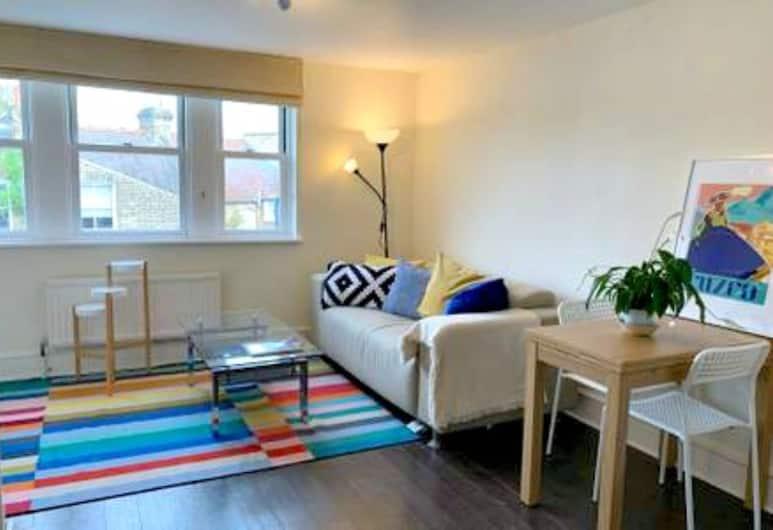 2 Bedroom Flat in Battersea Near Clapham Common, London, Elutuba
