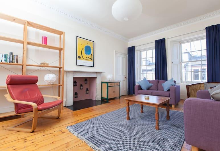 Traditional 3 Bedroom Apartment in Central Edinburgh, Edinburgh, Vardagsrum
