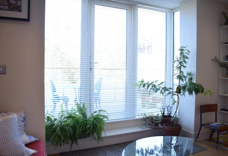 1 Bedroom Flat in Shoreditch With Private Patio, London, Elutuba