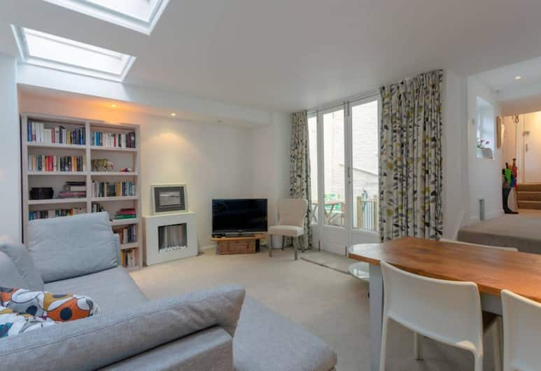 2 Bedroom Apartment Close to Kings Cross, London, Living Room