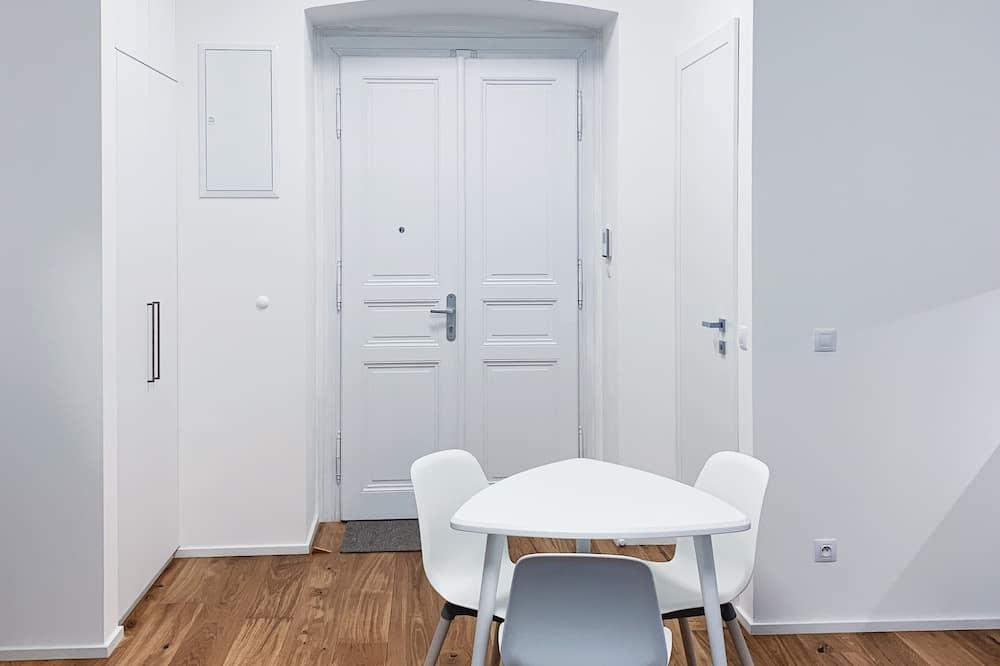 Apartamento conforto, 1 cama King com sofá-cama, para não fumantes, Vista para a cidade - Sala de jantar (no quarto)