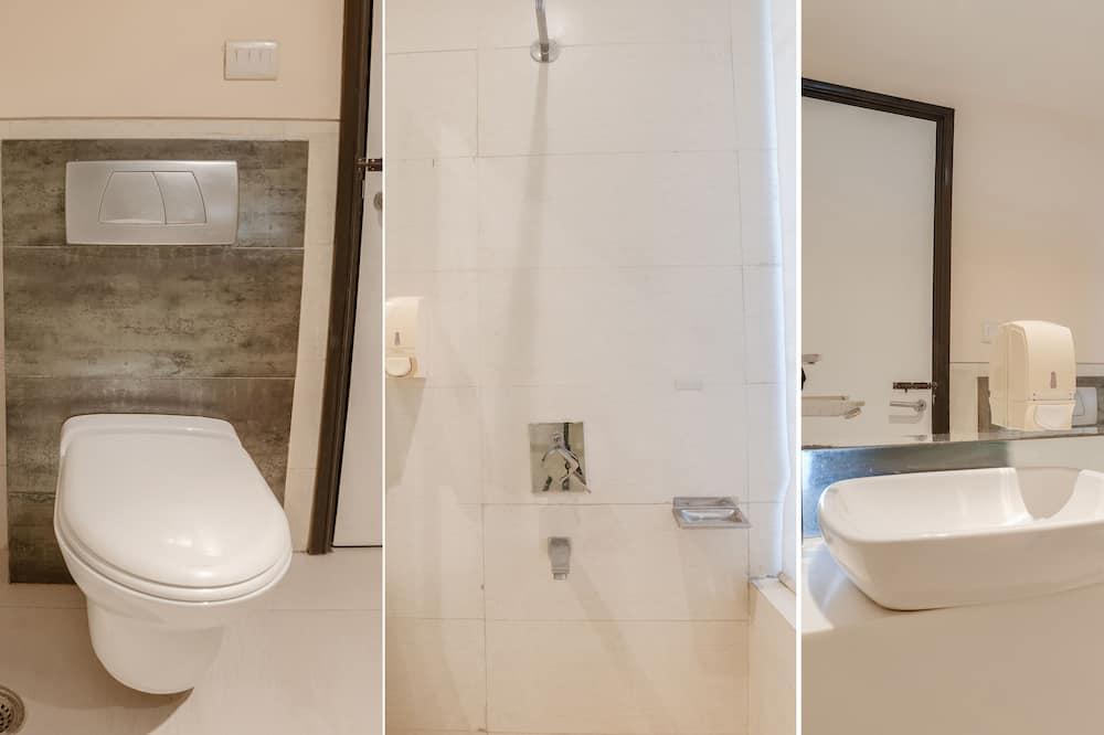 Deluxe Room, Multiple Beds, Smoking - Bathroom