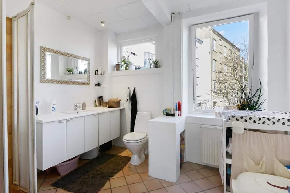 Basic Double Room, Multiple Beds, Garden View (First Floor) - Bathroom
