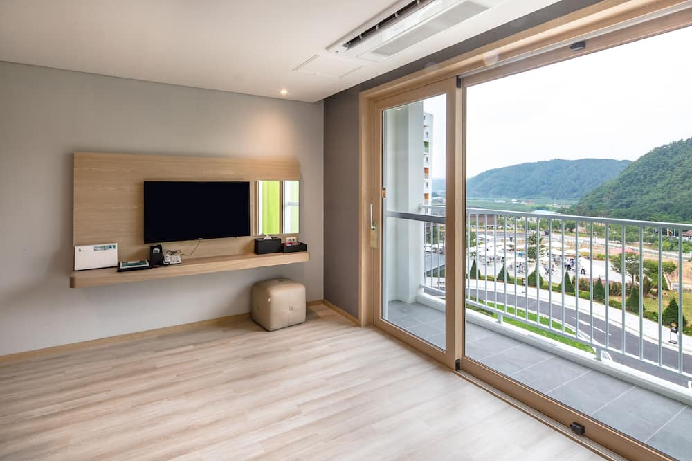 Family Room (Bed Type Randomly Assigned) - Breakfast for 2, Onsen for 2, Welcome Drink for 2 - Living Area