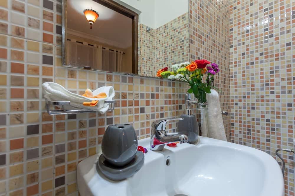 Comfort-huone, 1 parisänky tai 2 yhden hengen sänkyä, Tupakointi kielletty - Kylpyhuoneen pesuallas