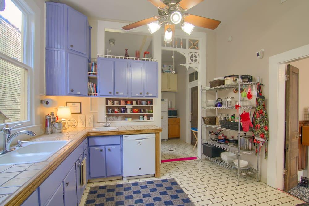 Premium Room, 1 King Bed, Non Smoking - Shared kitchen