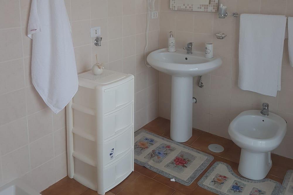 Трехместный номер «Классик», балкон - Ванная комната