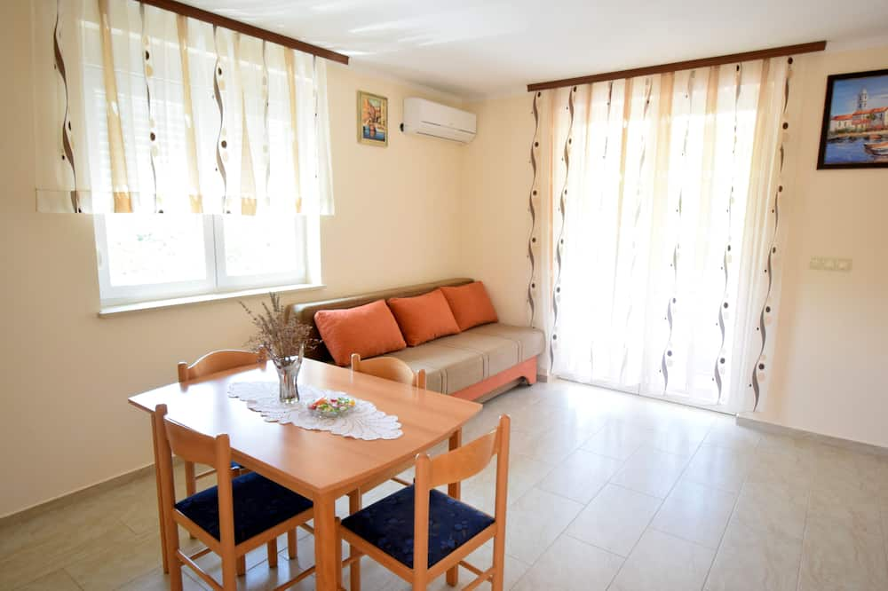 Apartment, 1 Bedroom (572) - Living Area