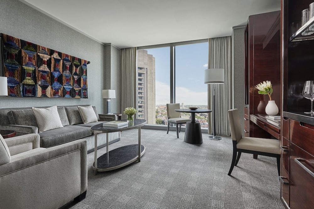Suite, 1 King Bed, Accessible, Non Smoking (Back Bay) - Living Area
