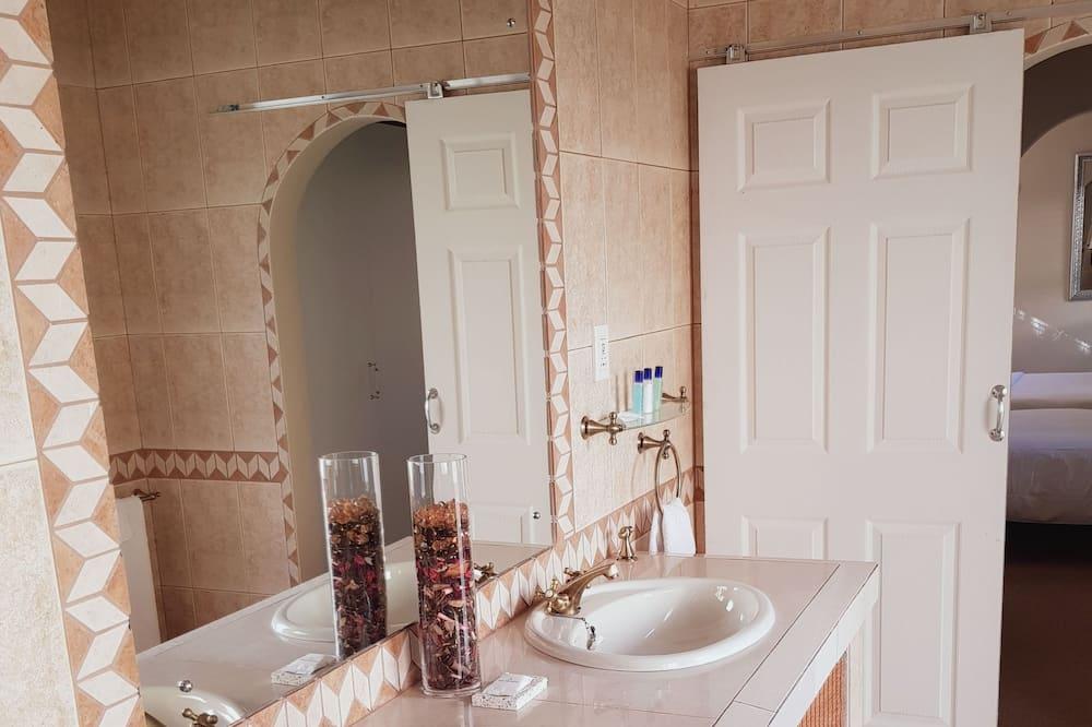 Deluxe Quadruple Room, 2 Queen Beds, Non Smoking, Pool View - Bathroom