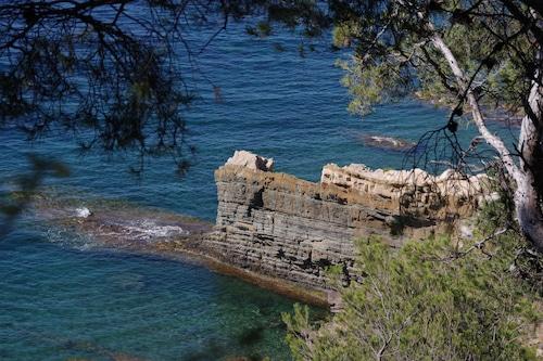 海の近くのクラブハウスと素晴らしい景色を望むプール/