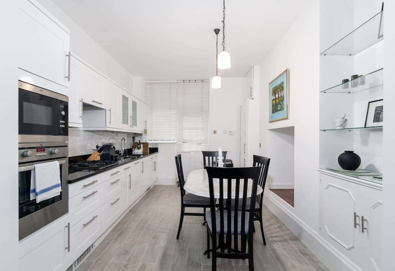 Lovely 1BR Home Near Holland Park, 4 Guests, Лондон