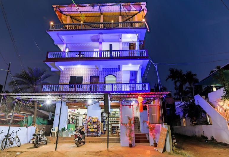 OYO 24464 Anil Guesthouse, Morjim, Bagian Depan Hotel - Sore/Malam