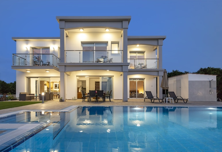Villa Ammoyiali on the Beach - a Large Modern Villa That Sleeps 8 Guests in 4 Bedrooms, Polis, Baseins