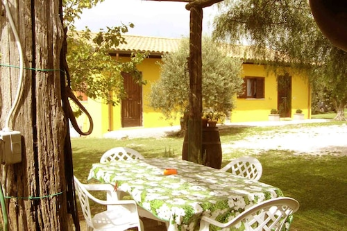 ローマ城の緑豊かな田園地帯に囲まれた庭園のあるローマホリデーホーム/
