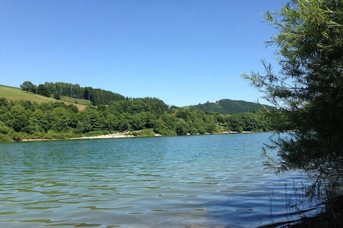 庭園とテラスのある湖のほとりの静かでリラックスした休日をお過ごしください。