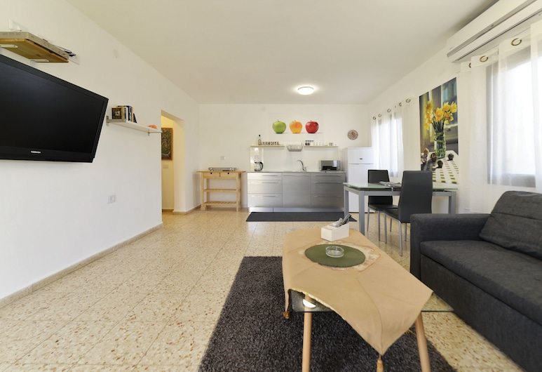 osher zimmer, Hod HaSharon, Classic Apartment, 2 Bedrooms, Garden View, Living Area
