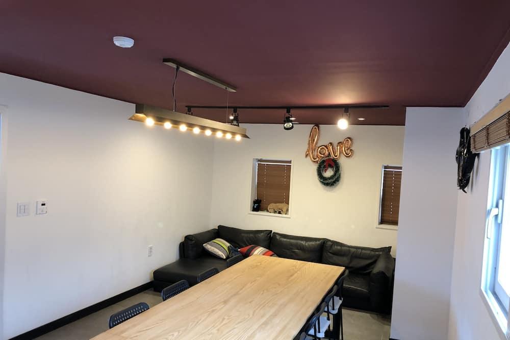 Pamatklases divvietīgs numurs, viena guļamistaba - Dzīvojamā zona