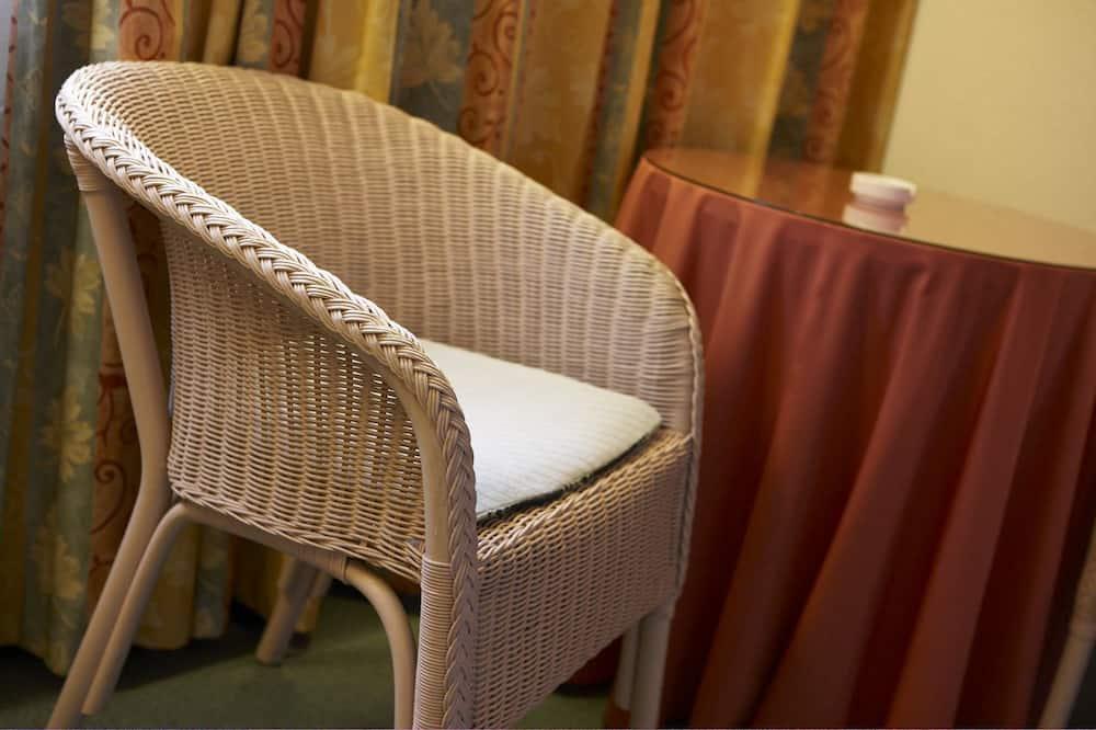 Standartinio tipo dvivietis kambarys (2 viengulės lovos) - Svetainės zona
