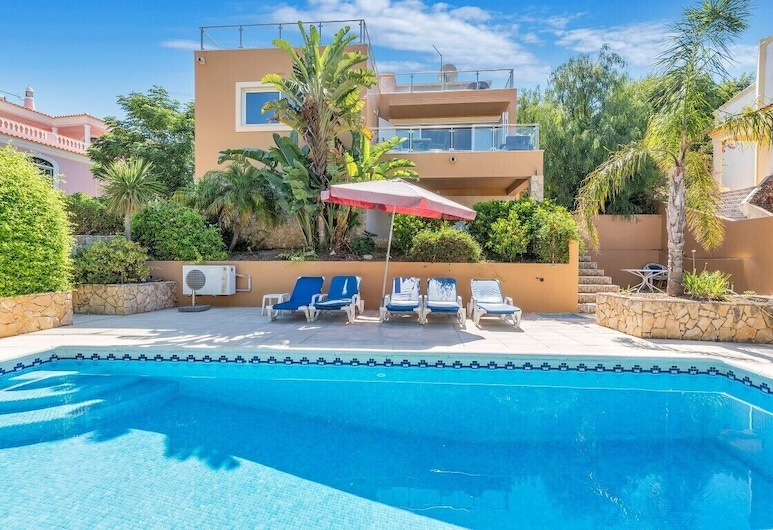 3 bedroom Villa, sleeps 6 with Pool, Air Con, FREE WiFi and Walk to Shops, Albufeira