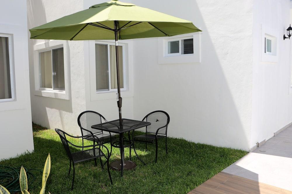 Basic Apartment, 1 Double Bed, Non Smoking, Garden View - Living Area
