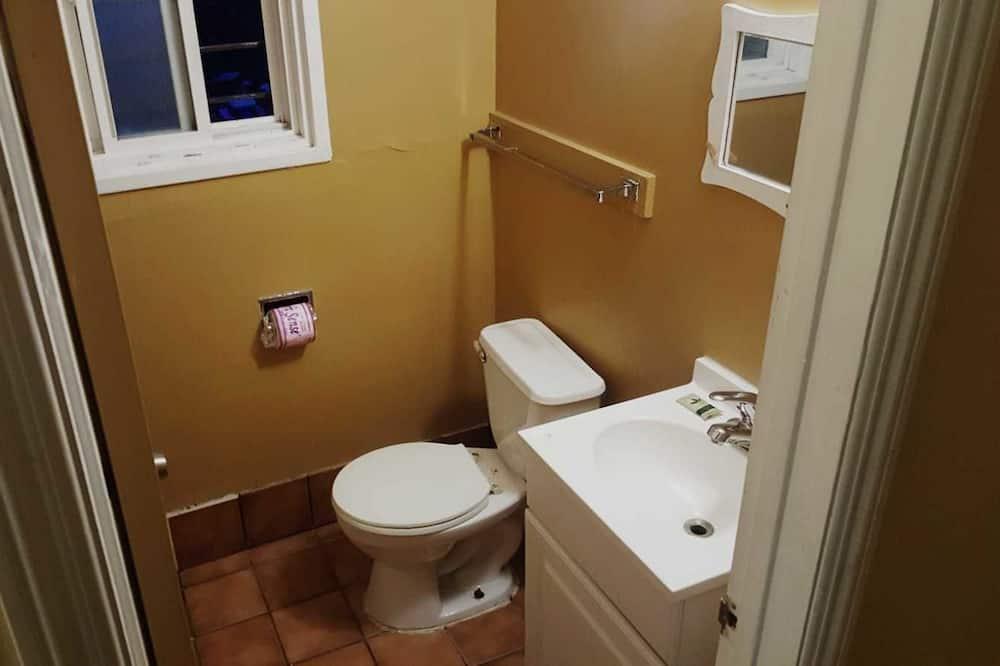 Pokoj typu Basic, dvojlůžko (180 cm), kuřácký, výhled na město - Koupelna