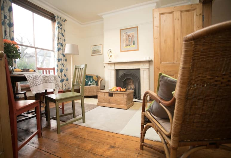 Large 3 Bed Garden Flat in Chiswick, London, Apartment, 1 Double Bed, Non Smoking, Living Area