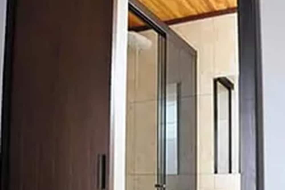 Klasikinio tipo keturvietis kambarys, Nerūkantiesiems, vaizdas į kiemą - Vonios kambarys