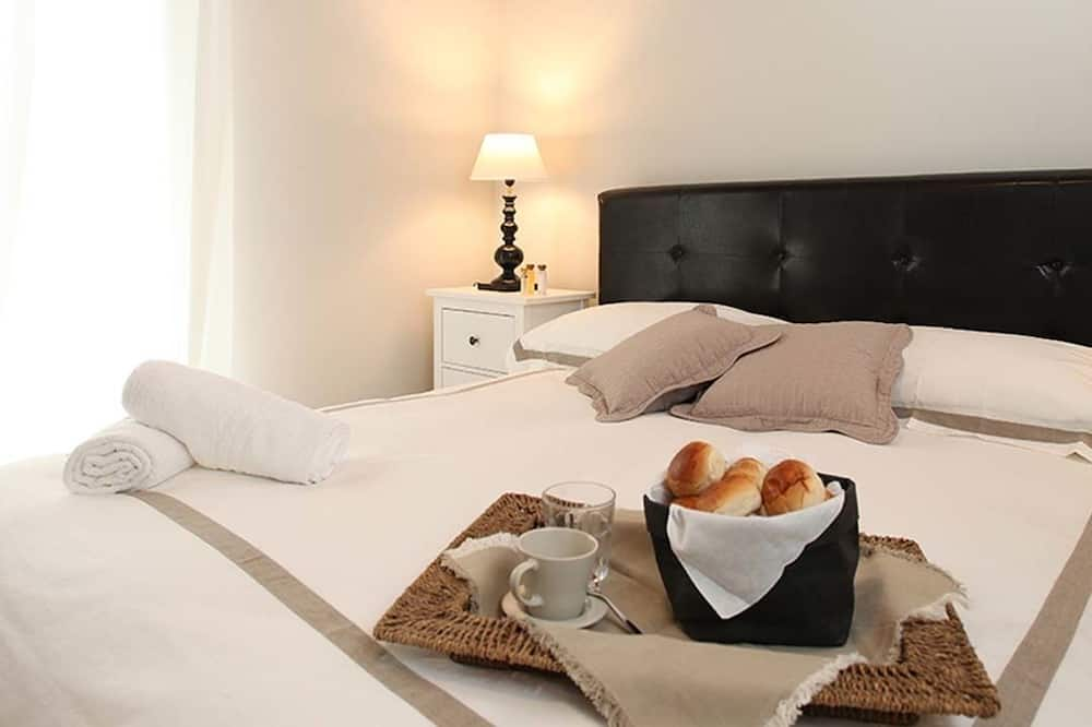 Classic Apartment, 1 Bedroom, Balcony, Courtyard Area (Pirandello) - Bilik