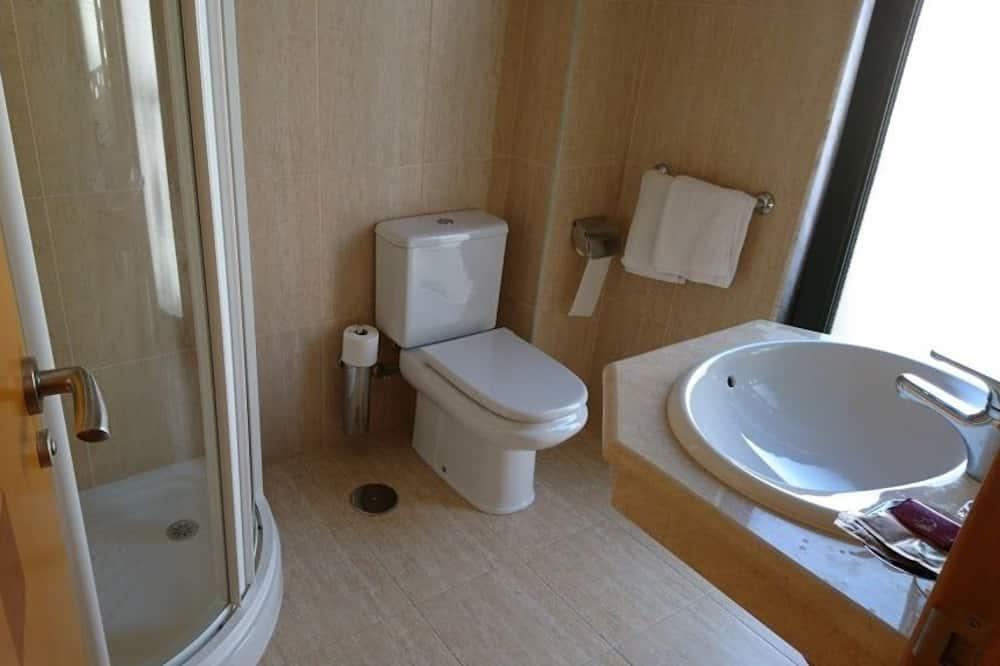 Δίκλινο Δωμάτιο (Twin), Μπαλκόνι - Ντουζιέρα μπάνιου