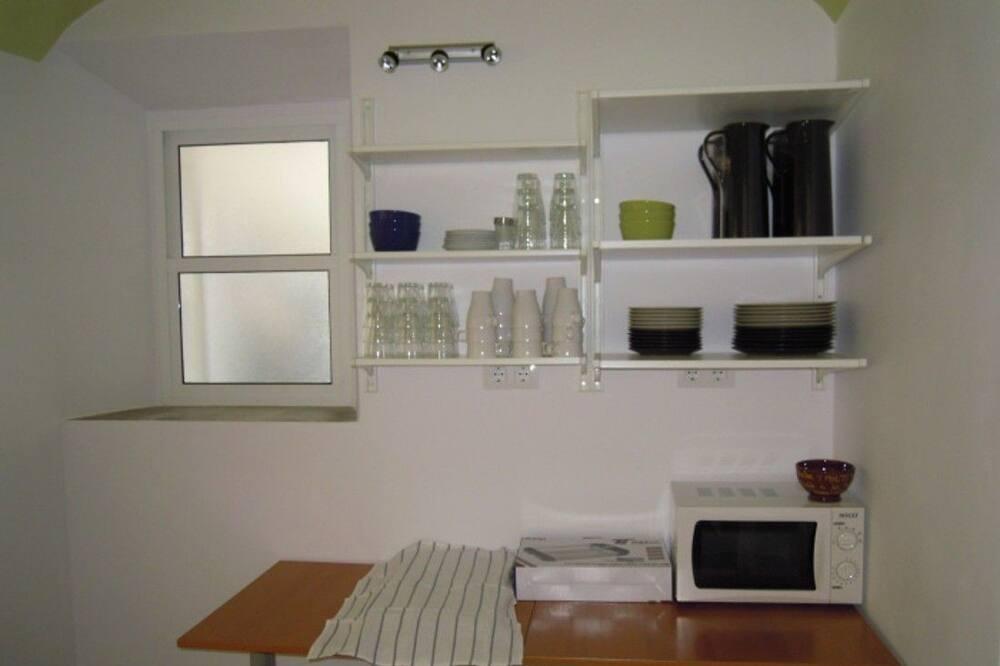 Felles sovesal, flere senger, handikappvennlig, utsikt mot hage (1 bed in a 6-Bed Dormitory Room) - Delt kjøkken