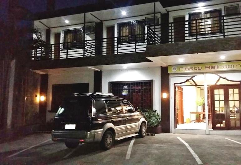 Fiesta Ballroom Hotel, Legazpi, Hotelfassade am Abend/bei Nacht