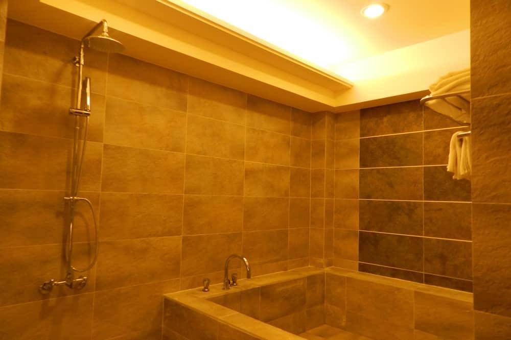 ห้องดีลักซ์สำหรับสี่ท่าน, เตียงใหญ่ 2 เตียง, ปลอดบุหรี่ - ห้องน้ำ