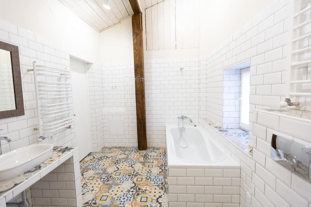 Design Apartment, Multiple Beds, Non Smoking, Courtyard View - Bathroom