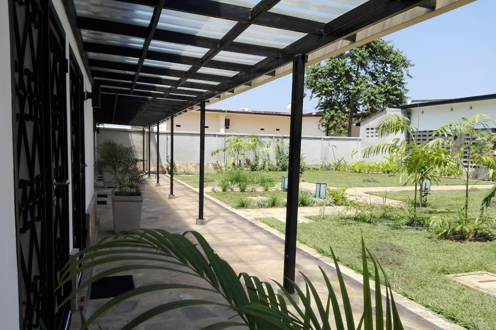 Kambarys (1 dvigulė / 2 viengulės lovos) mieste, Nerūkantiesiems - Vaizdas į sodą