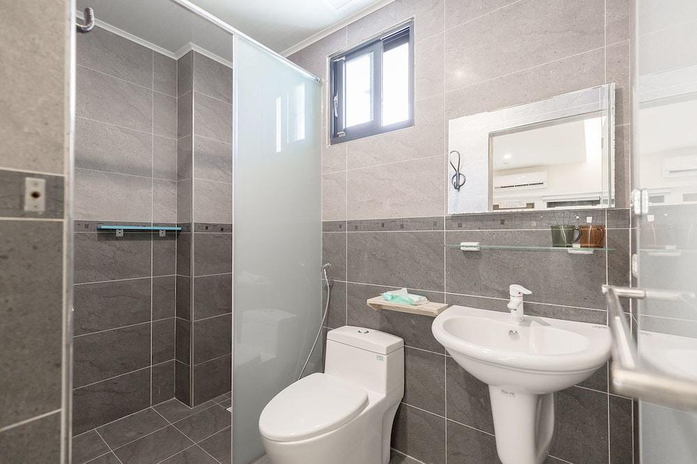 Habitación doble básica, 1 cama Queen size, para no fumadores (301) - Baño