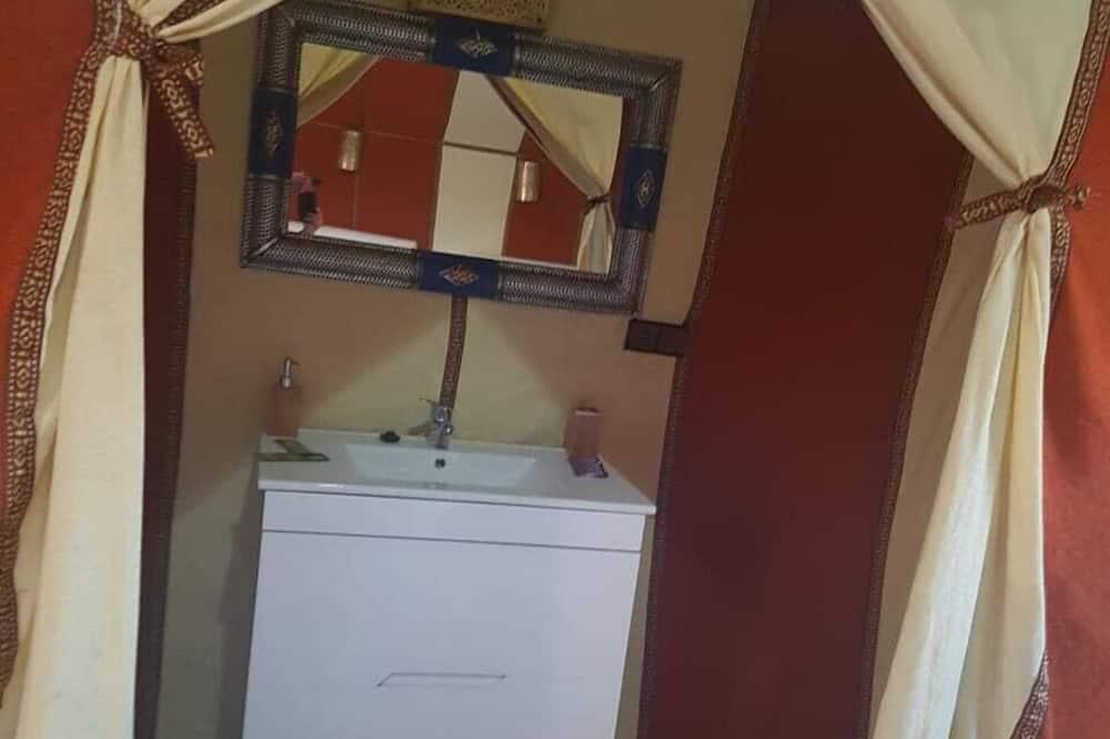 Quadruple Room, Multiple Beds, Non Smoking - Bathroom