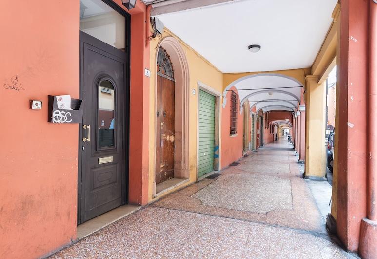 Bologna Central Studio, Bologna, Ingresso della struttura