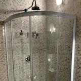 Deluxe Suite, 1 Queen Bed - Bathroom