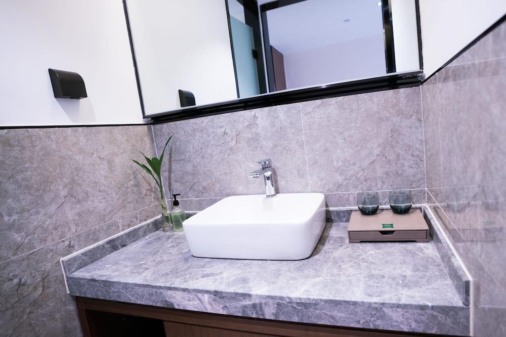 Premium Twin Room - Bathroom