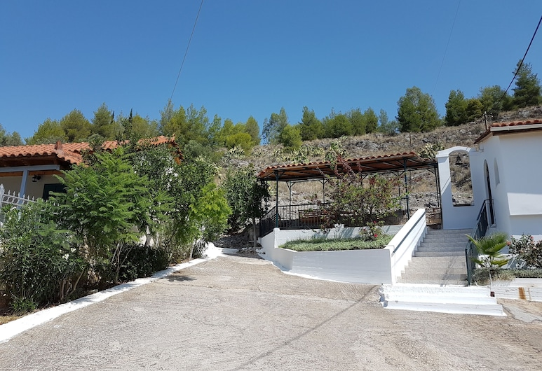 Nafplio Cosy Mountain Cottage . Recently Renovated With View of the Town Fort, Nafplio, Територія готелю
